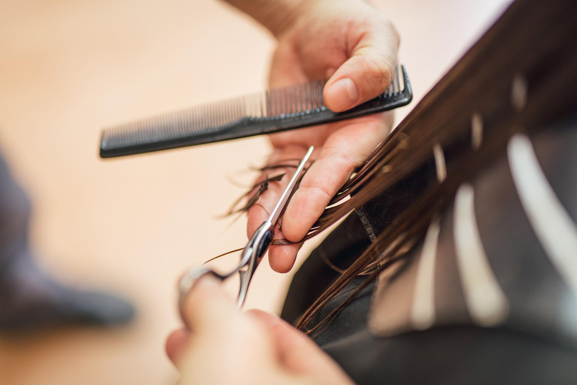 Cięcie włosów przez fryzjera, ilustracja do artykułu