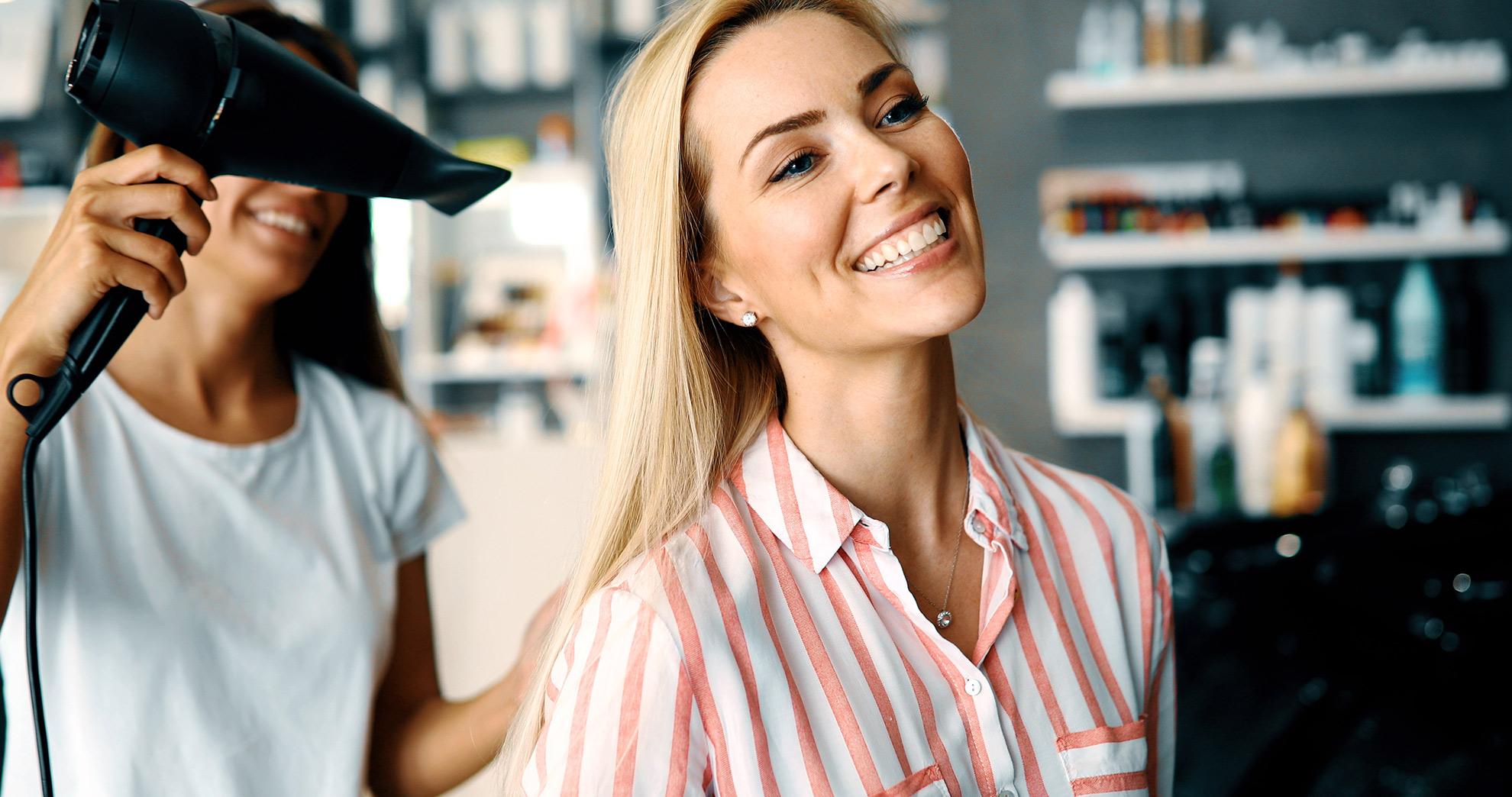 Kobieta u fryzjerki ,ilustracja do artykułu o keratynowym prostowaniu włosów
