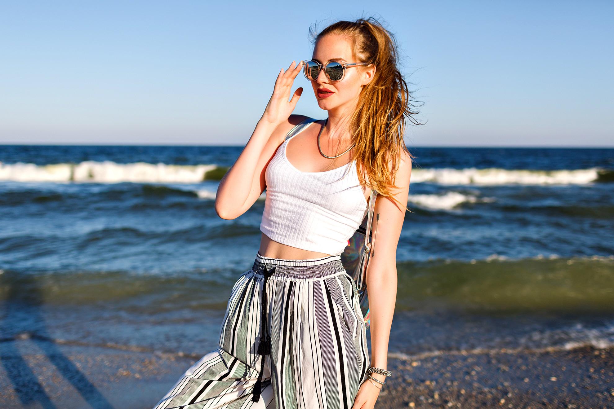 Kobieta w kulotach, ilustracja do artykułu o super modnych i uniwersalnych spodniach