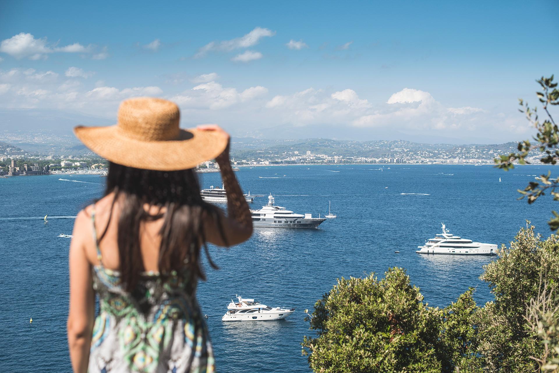 Kobieta w letniej sukience na wakacjach, ilustracja do artykułu