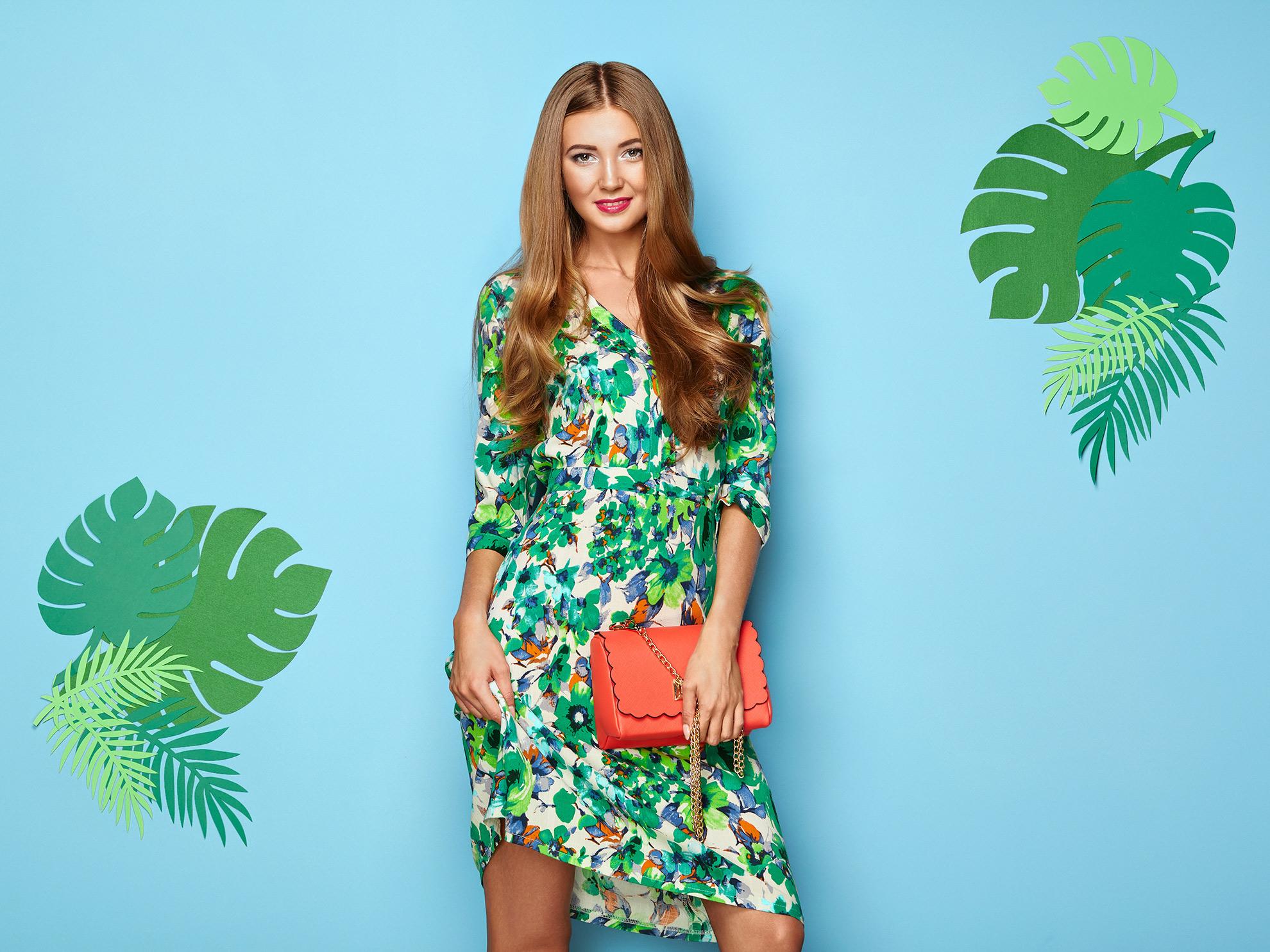 Kobieta w sukience w kwiaty, ilustracja do artykułu o trendach
