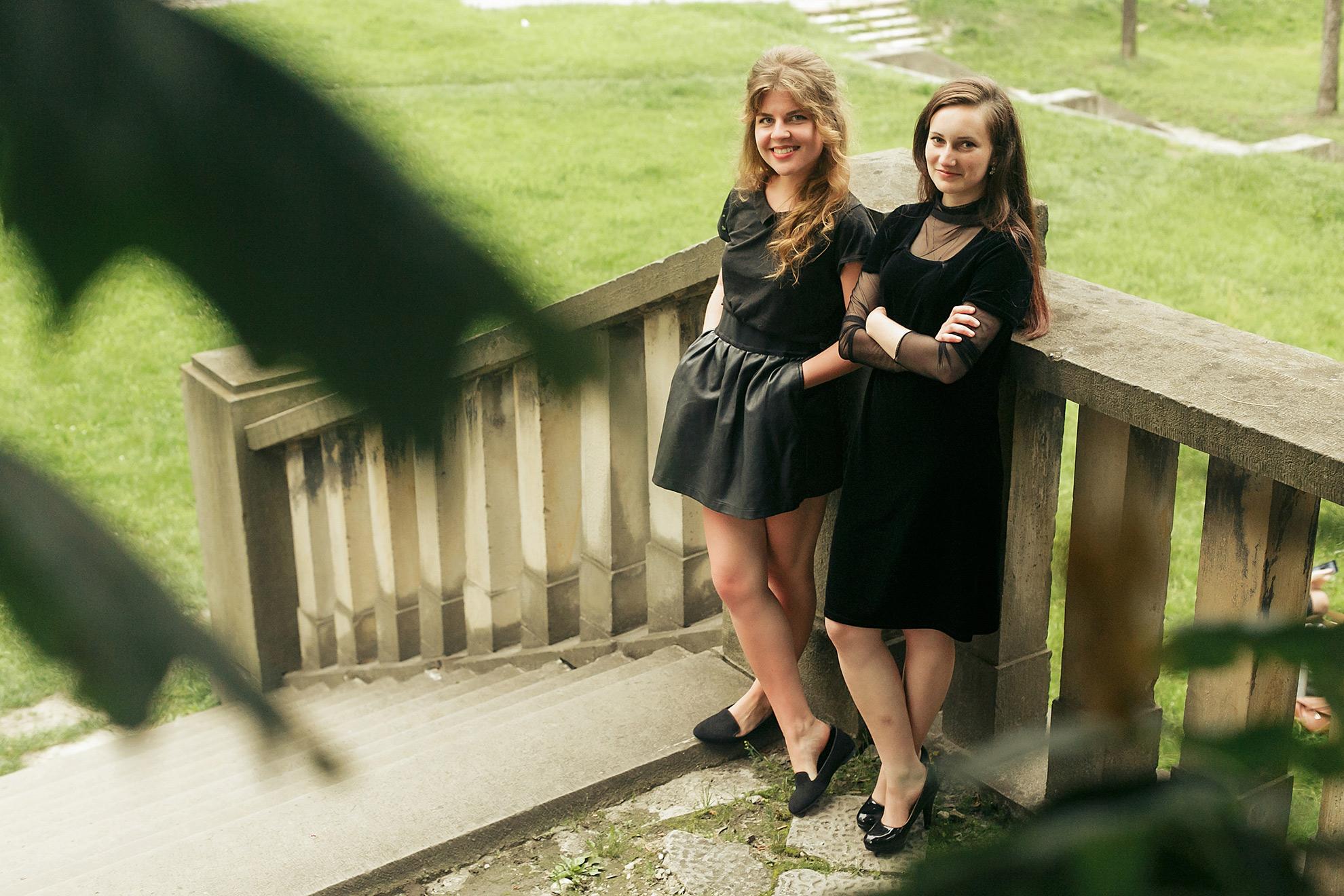 Kobiety w czarnych ubraniach, ilustracja do artykułu o praniu czarnych ubrań