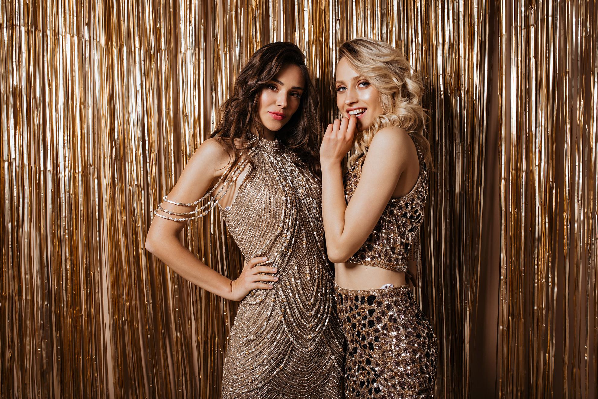 Kobiety w złotych sukienkach, ilustracja do artykułu