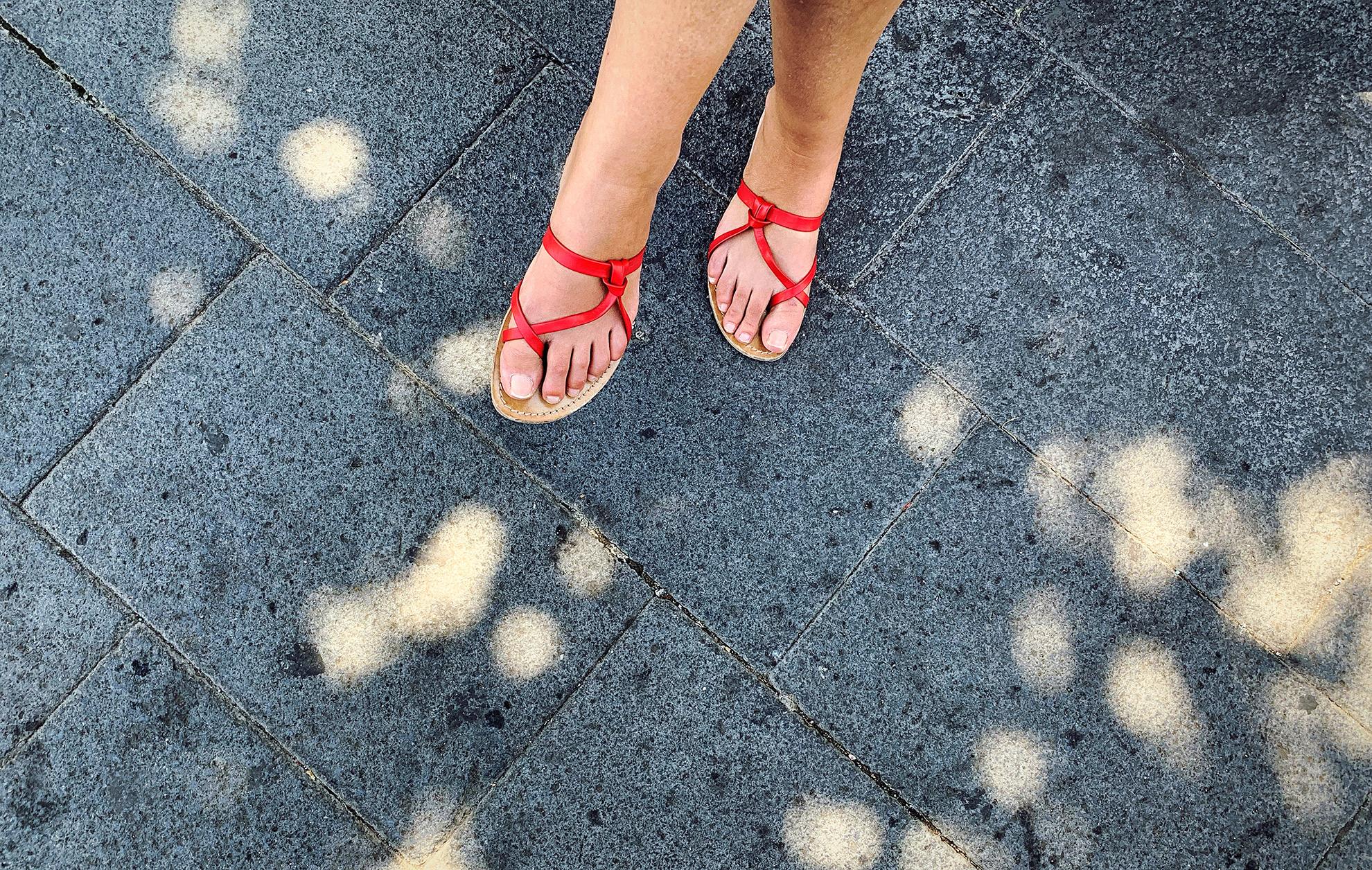 Czerwone sandały, ilustracja o sandałach w kolorze czerwonym do sukienek