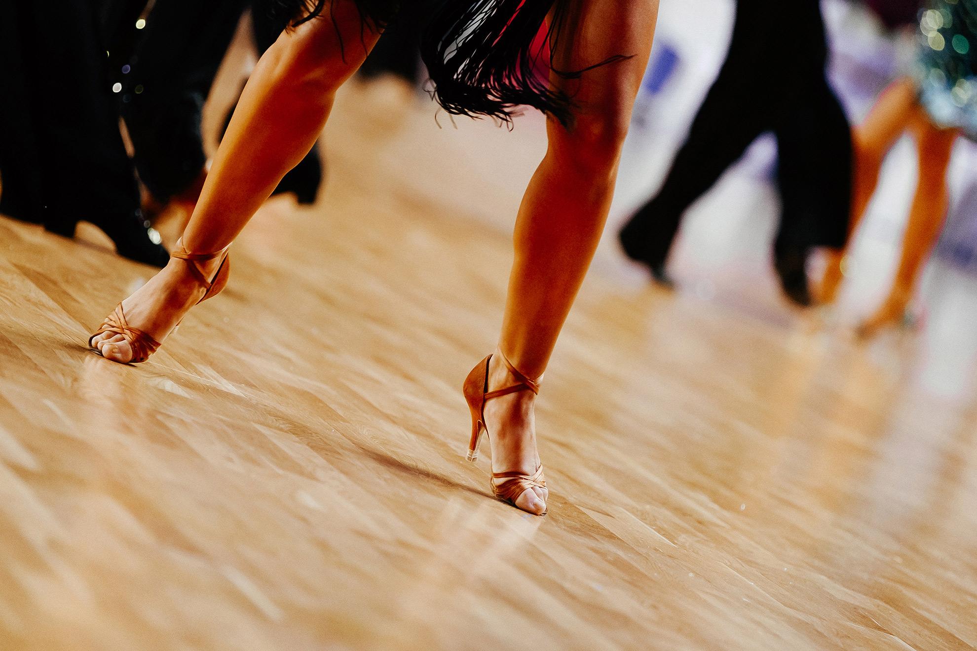 Kobiece nogi, ilustracja do artykułu o butach do grubszych nóg