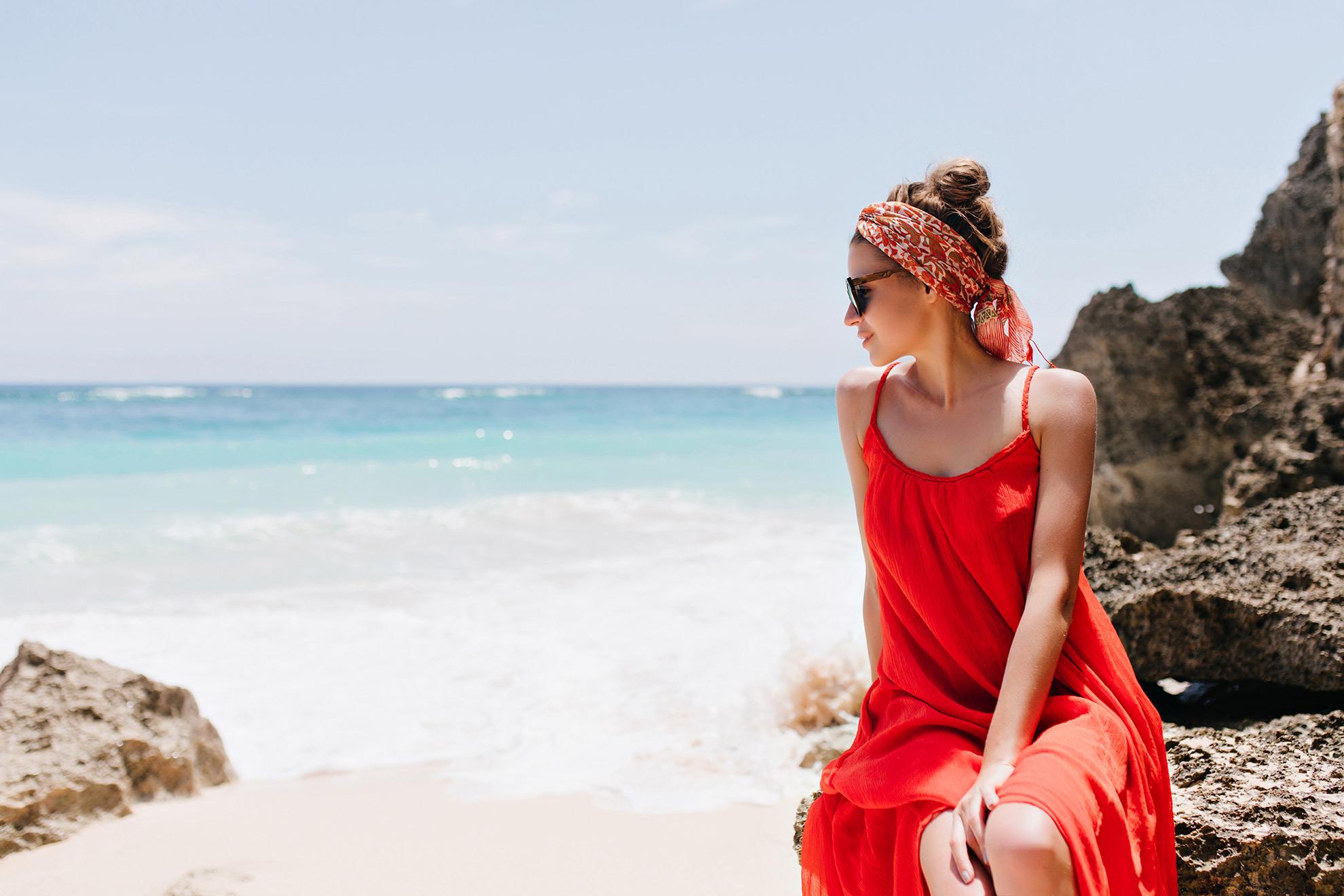 Kobieta w letniej czerwonej sukience, ilustracja do artykułu