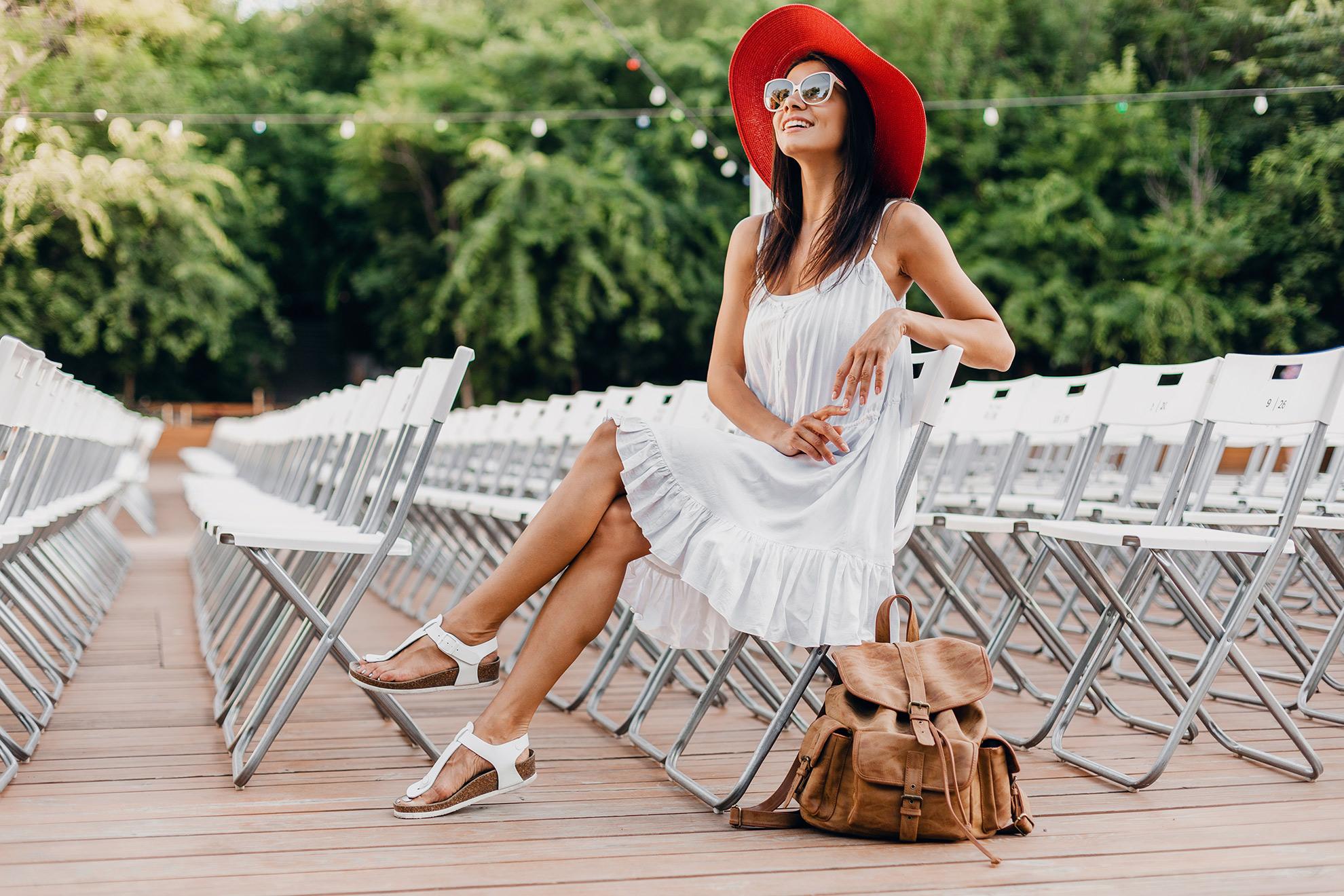 Kobieta w letniej stylizacji, ilustracja artykułu o białych sukienkach i białych sandałach na lato