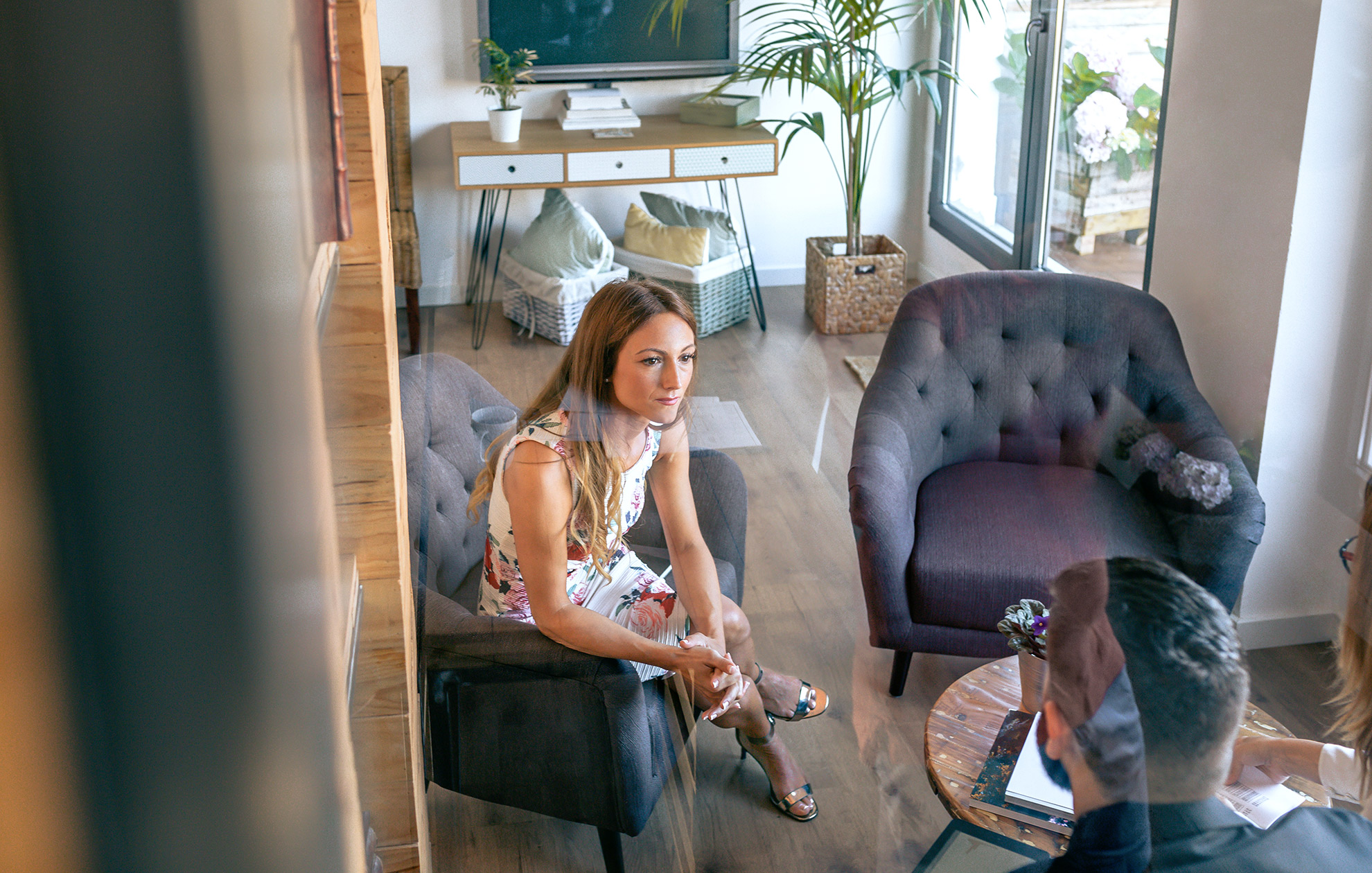Kobieta w sukience i srebrnych sandałach, ilustracja do artykułu o srebrnych sandałach