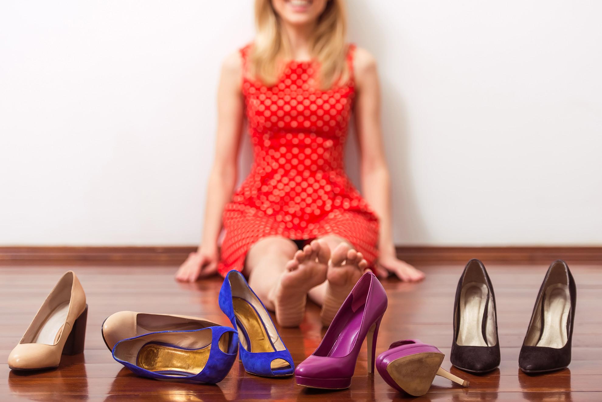 Kobieta wybierająca buty, ilustracja do artykułu o masywnych kostkach