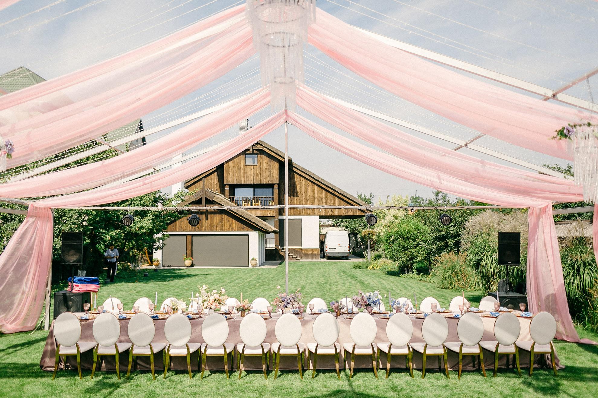 Sala weselna, ilustracja do artykułu o sukienkach weselnych