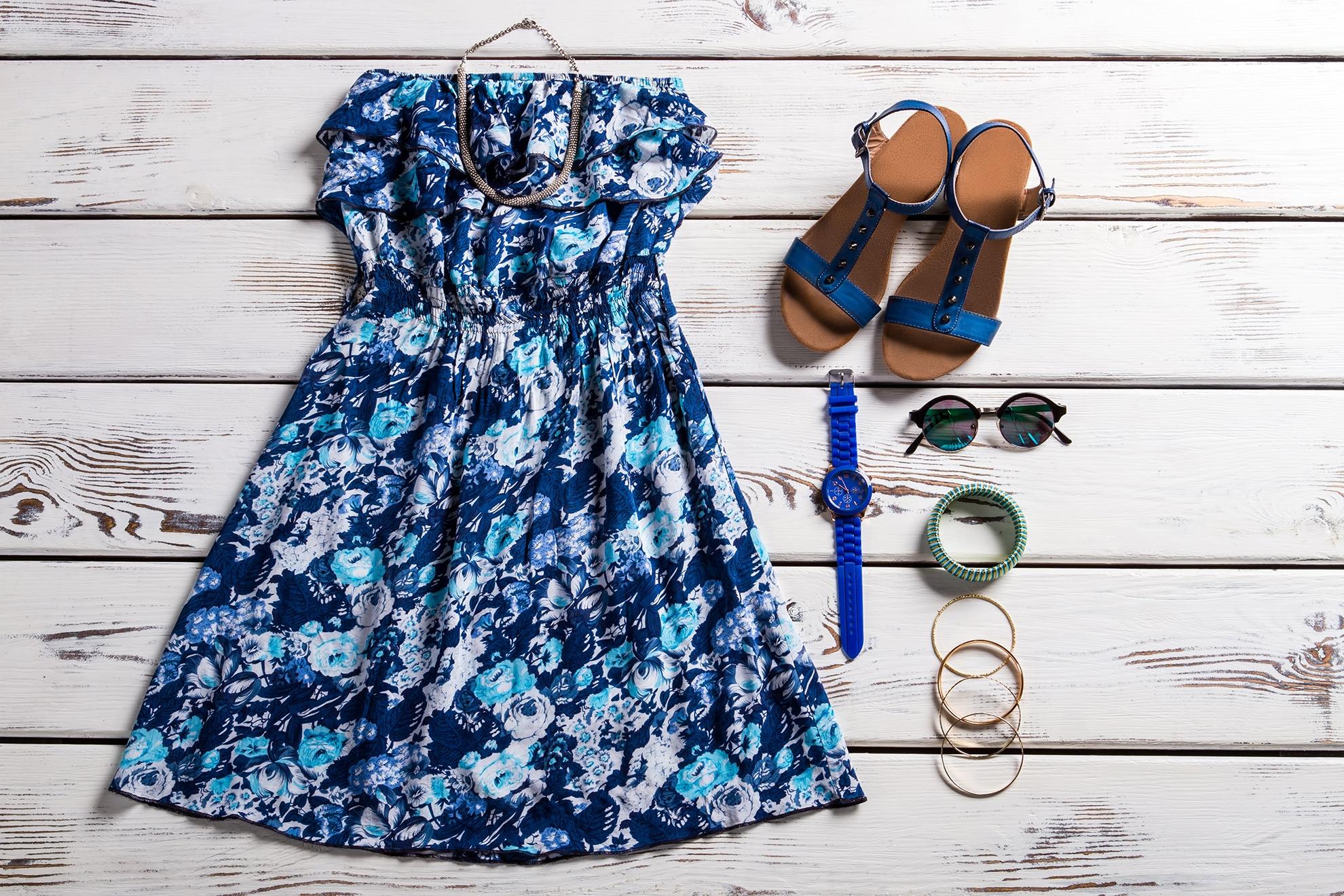 Stylizacja z niebieskimi sandałami i sukienką, ilustracja do artykułu