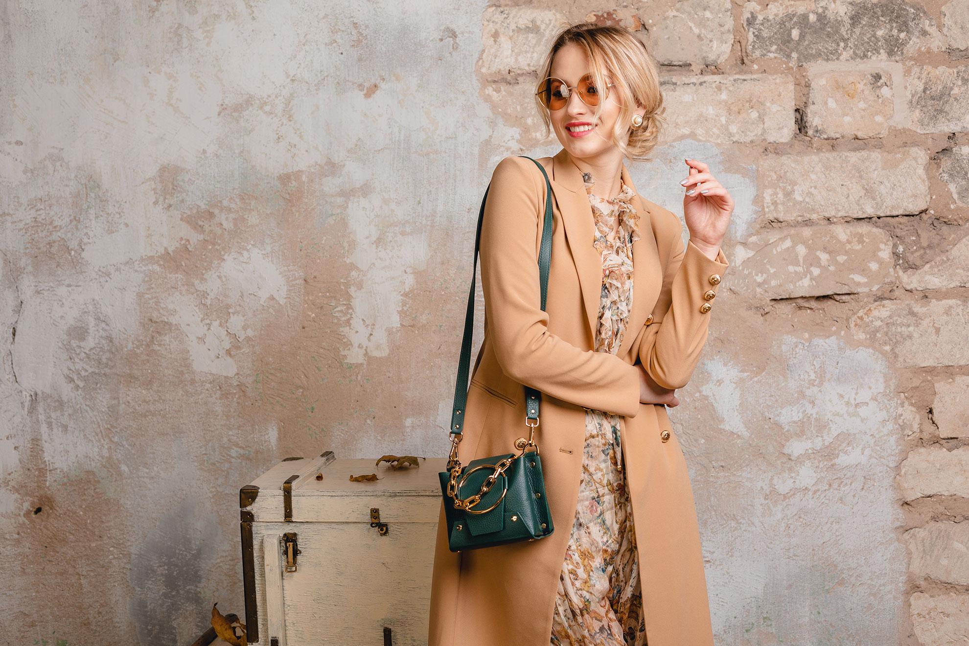 Kobieta w jasnobeżowym płaszczu, ilustracja do artykułu