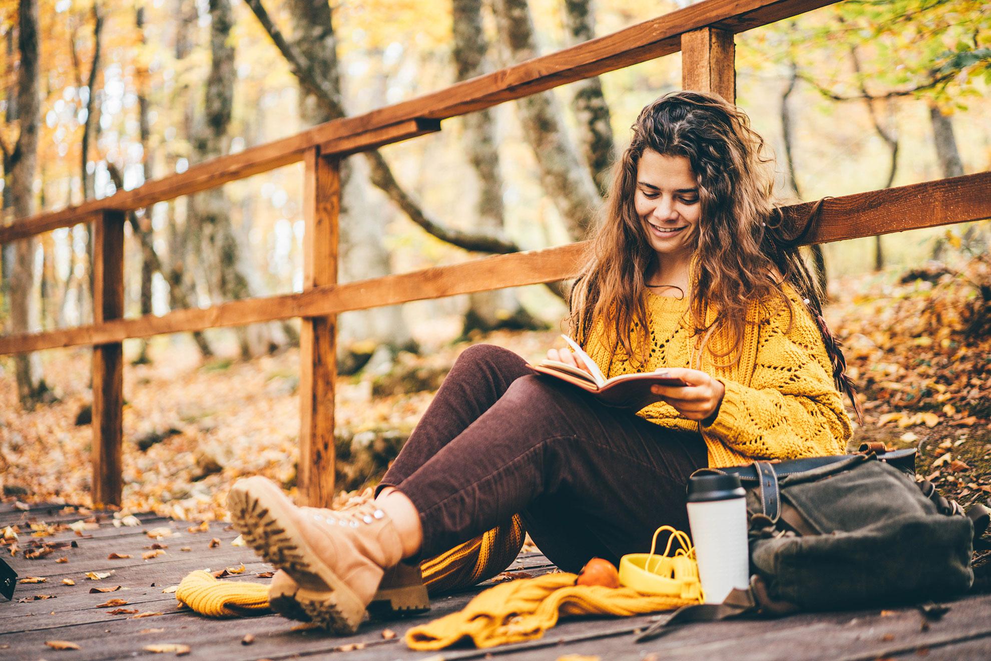 Kobieta w jesiennym swetrze