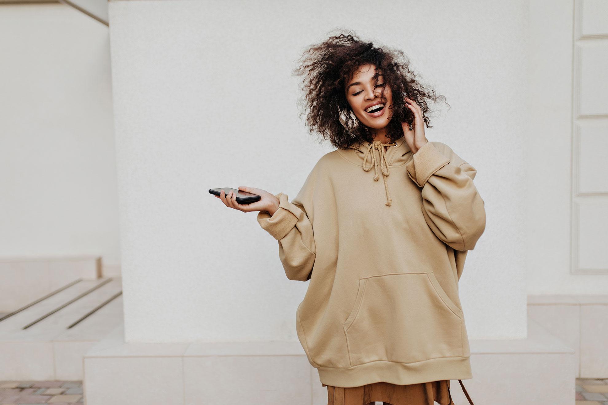 Kobieta w modnej beżowej bluzie, ilustracja do artykułu