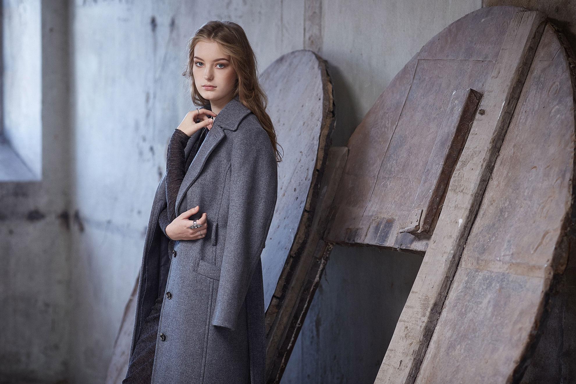 Kobieta w modnym szarym płaszczu na jesień, ilustracja do artykułu
