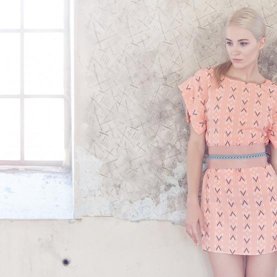 Kobieta w różowej sukience, ilustracja do artykułu