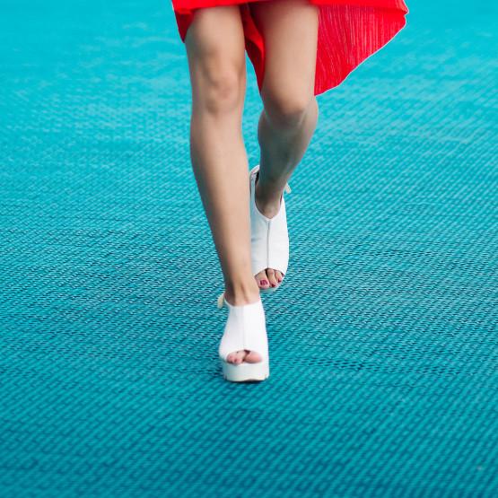 Nogi kobiece z sandałami, ilustracja do artykułu
