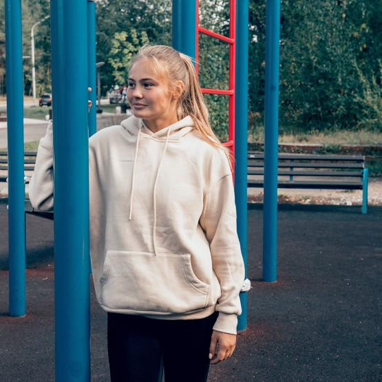 Dziewczyna w bluzie z kapturem, ilustracja do artykułu