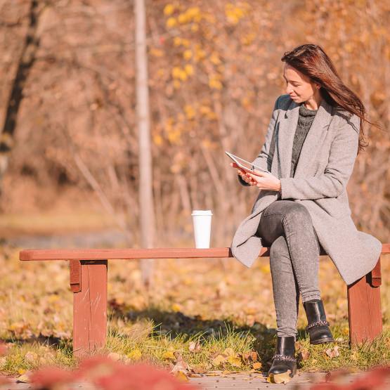 Kobieta w jesiennej stylizacji, ilustracja do artykułu